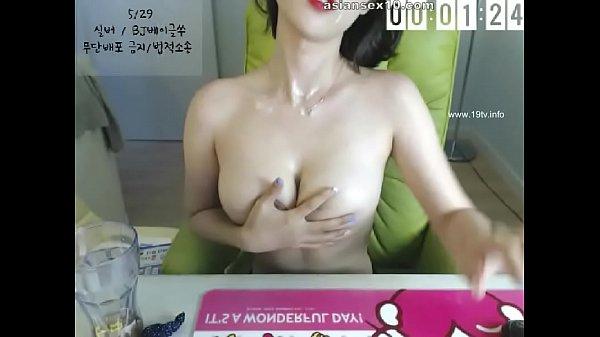 Danse érotique avec striptease par une allumeuse en lingerie